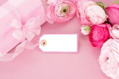 Flores, caixa de presente e Empty tag cor-de-rosa fotografia de stock