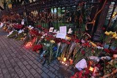 Flores cerca de la embajada de Ucrania Imagen de archivo