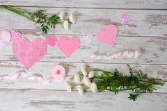 Flores, cintas rosadas, tarjetas del día de San Valentín de papel Imagenes de archivo