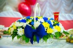 Flores clasificadas en cesta de mimbre foto de archivo libre de regalías