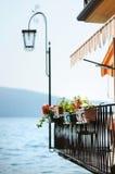 Flores colgantes en Gargnano Imágenes de archivo libres de regalías