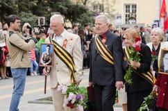 Flores colocadas veteranos de guerra no monumento Foto de Stock Royalty Free