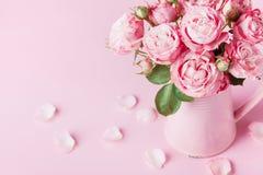Flores color de rosa hermosas en el florero rosado para la tarjeta de felicitación para mujer del día o del día de madres fotografía de archivo