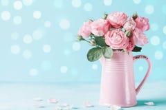 Flores color de rosa hermosas en el florero rosado para la tarjeta de felicitación para mujer del día o del día de madres imagenes de archivo