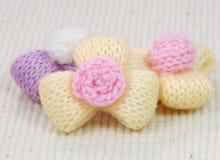 Flores coloridas de las lanas que hacen punto, adornamiento hecho a mano. Imagen de archivo