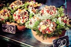 Flores coloridas em um florista em um mercado Foto de Stock