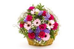 Flores coloridas em uma cesta Foto de Stock