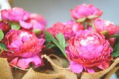 Flores coloridas em uma cesta fotografia de stock royalty free