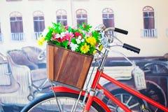 Flores coloridas en la cesta Fotografía de archivo libre de regalías