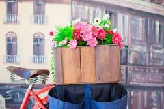 Flores coloridas en la cesta Imagen de archivo