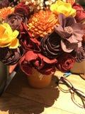 Flores coloridas en una tabla fotos de archivo