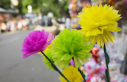 Flores coloridas feitas do papel do estilo japonês para a venda foto de stock royalty free