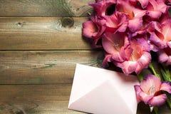 Flores coloridas no envelope, conceito da entrega da flor felicite fotografia de stock royalty free