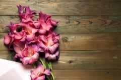 Flores coloridas no envelope, conceito da entrega da flor felicite foto de stock royalty free