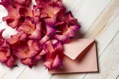 Flores coloridas no envelope, conceito da entrega da flor felicite fotografia de stock