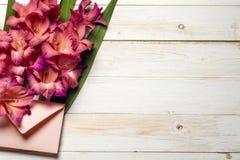 Flores coloridas no envelope, conceito da entrega da flor felicite fotos de stock royalty free