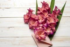 Flores coloridas no envelope, conceito da entrega da flor felicite foto de stock