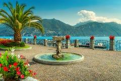 Flores coloridas y 'promenade' espectacular, lago Como, región de Lombardía, Italia Foto de archivo libre de regalías