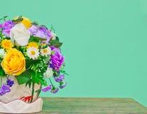 Flores com fundo verde Imagem de Stock Royalty Free