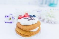 Flores com tortas do whoopie Bolo de mel cortado Foto de Stock