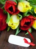 Flores com um Tag branco Fotografia de Stock Royalty Free