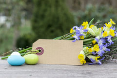 Flores con los huevos de Pascua Fotos de archivo
