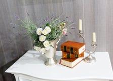 Flores con los libros imágenes de archivo libres de regalías