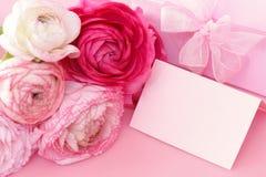 Flores cor-de-rosa, cartão vazio e caixa de presente imagem de stock