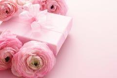 Flores cor-de-rosa com caixa de presente fotos de stock royalty free