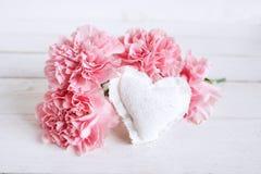 Flores cor-de-rosa com um coração para o dia de mães Imagens de Stock