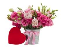 Flores cor-de-rosa do eustoma com caixa de presente vermelha imagem de stock royalty free