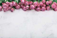 Flores cor-de-rosa do vintage na tabela de pedra branca Beira floral cor-de-rosa Espaço vazio para o texto Imagens de Stock Royalty Free