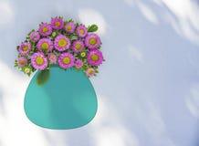 Flores cor-de-rosa em um vaso de turquesa, fundo branco Imagem de Stock