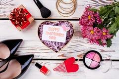 Flores, corazón, caja y zapatos Fotos de archivo