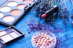 Flores cosméticas de la paleta y de la lavanda en fondo de madera Imagen de archivo libre de regalías