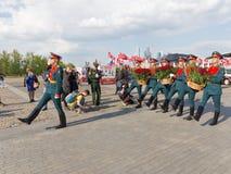 Flores da configuração dos soldados em Victory Park Fotografia de Stock Royalty Free