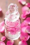 Flores da garrafa de perfume e da rosa do rosa Termas aromatherapy Fotografia de Stock Royalty Free