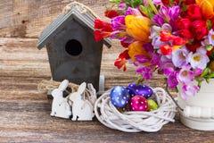 Flores da mola com ovos de easter Imagens de Stock