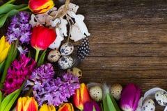Flores da mola com ovos de easter Fotografia de Stock Royalty Free