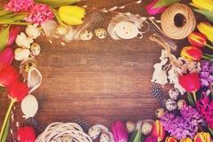 Flores da mola com ovos de easter Fotos de Stock Royalty Free
