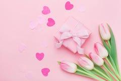 Flores da mola e presente ou caixa de presente na opinião de tampo da mesa pastel cor-de-rosa Cartão para o dia da mulher ou de m Foto de Stock Royalty Free