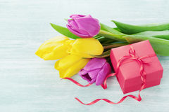 Flores da mola e tabela clara da caixa de presente Imagens de Stock Royalty Free