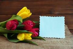 Flores da mola em um fundo de madeira Conceito do feriado, nascimento Imagens de Stock Royalty Free