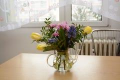 Flores da mola em uma mesa de cozinha imagens de stock royalty free