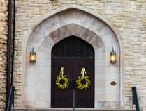 Flores da mola em uma porta da igreja Fotografia de Stock