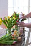 Flores da mola em uma tabela de madeira imagens de stock royalty free