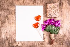 Flores da mola, letra romântica, caixa de presente Dia internacional do ` s das mulheres Ramalhete das violetas Lollipop dado for Imagens de Stock