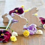 Flores da mola no fundo de madeira rústico Imagens de Stock Royalty Free