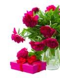 Flores da peônia com caixa de presente imagem de stock royalty free