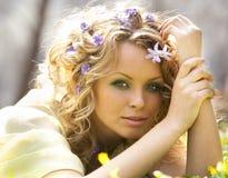 Flores da rapariga e da mola em seu cabelo fotos de stock